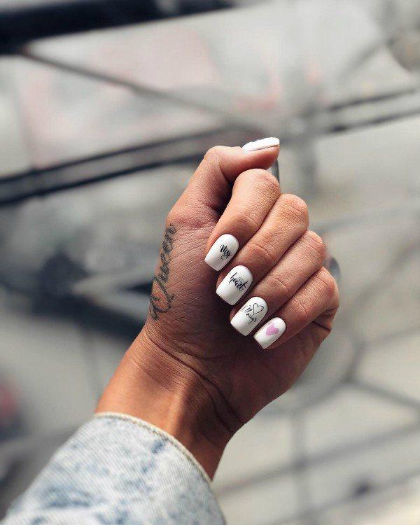 Маникюр с надписями 2021: фото красивого и модного маникюра